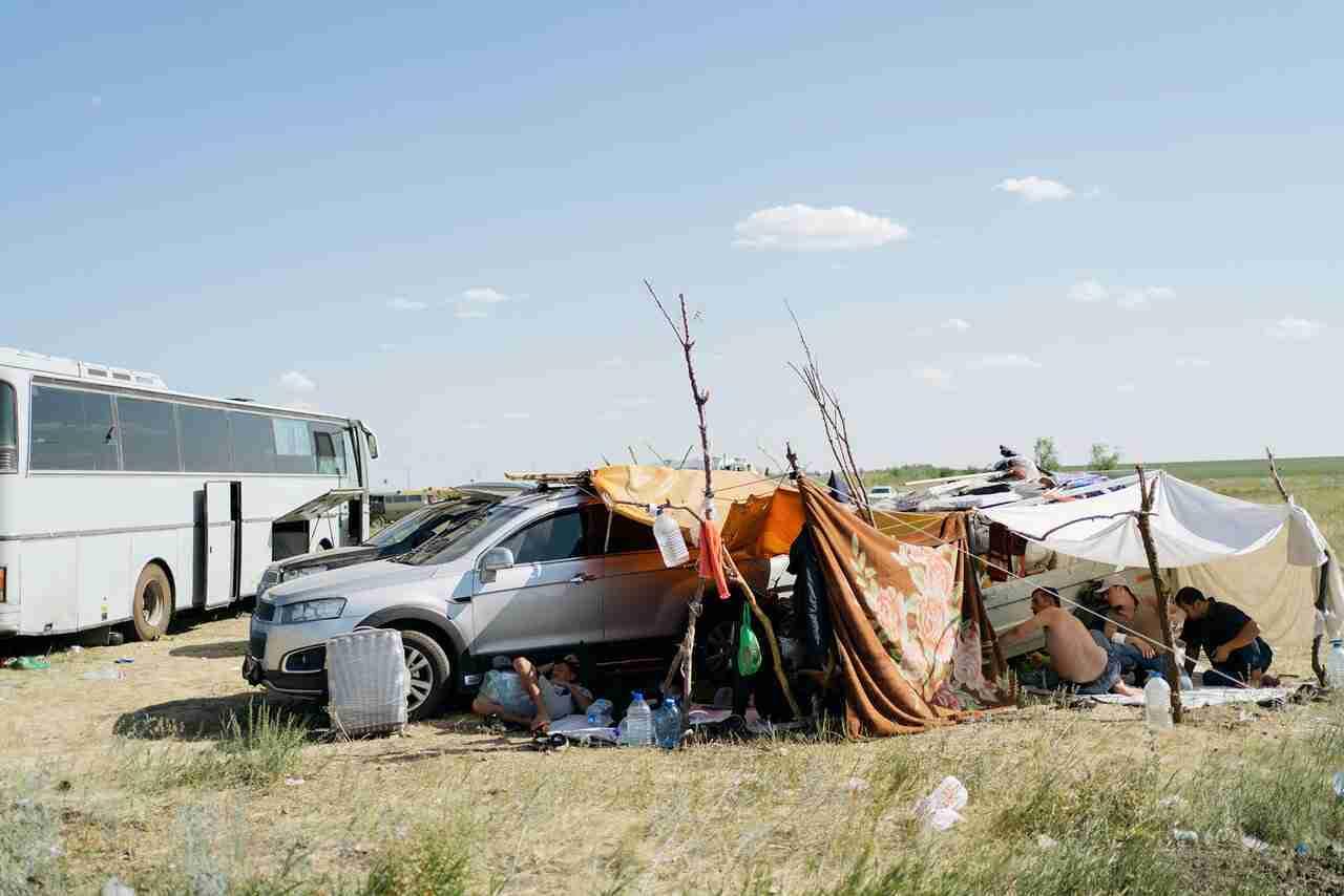 На российско-казахстанской границе застряли тысячи мигрантов из Узбекистана