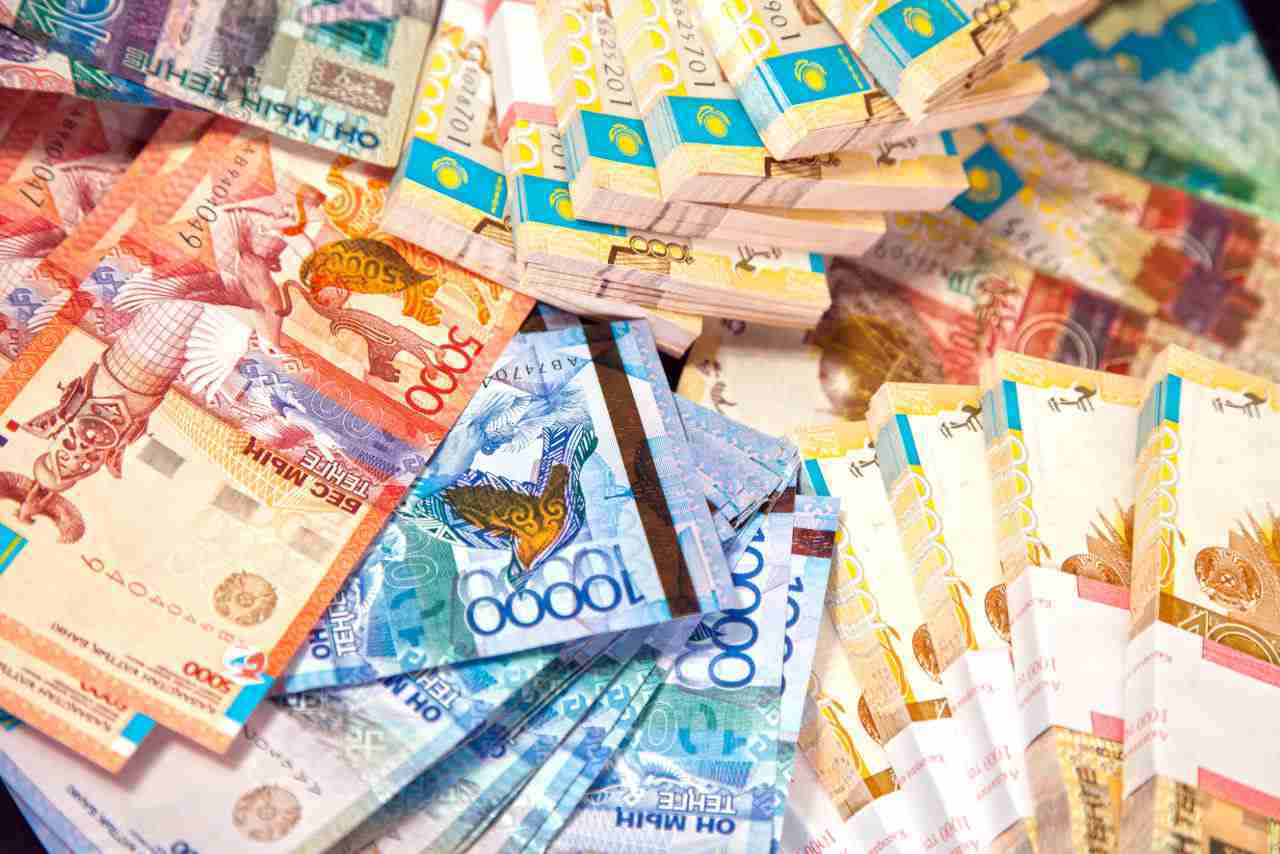 В Казахстане медикам выплатили первые компенсации: названа сумма