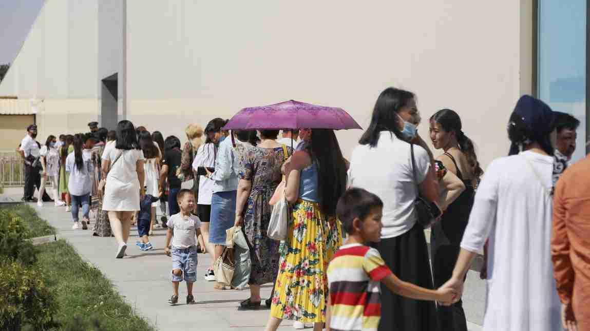 В торговых центрах Казахстана образовались очереди: фото и видео