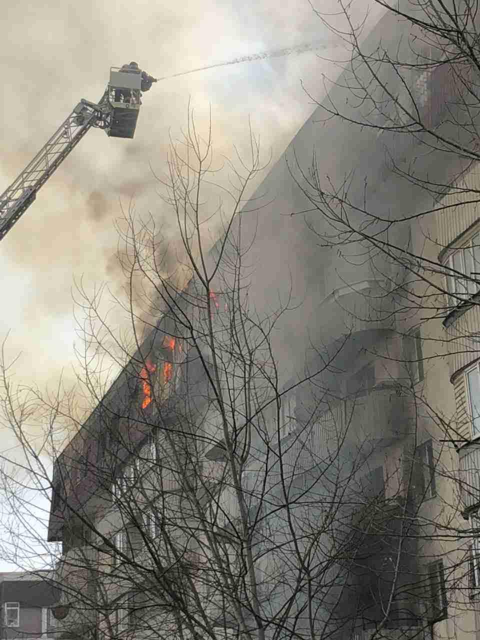 Спасение младенца из горящего дома в Казахстане попало на видео