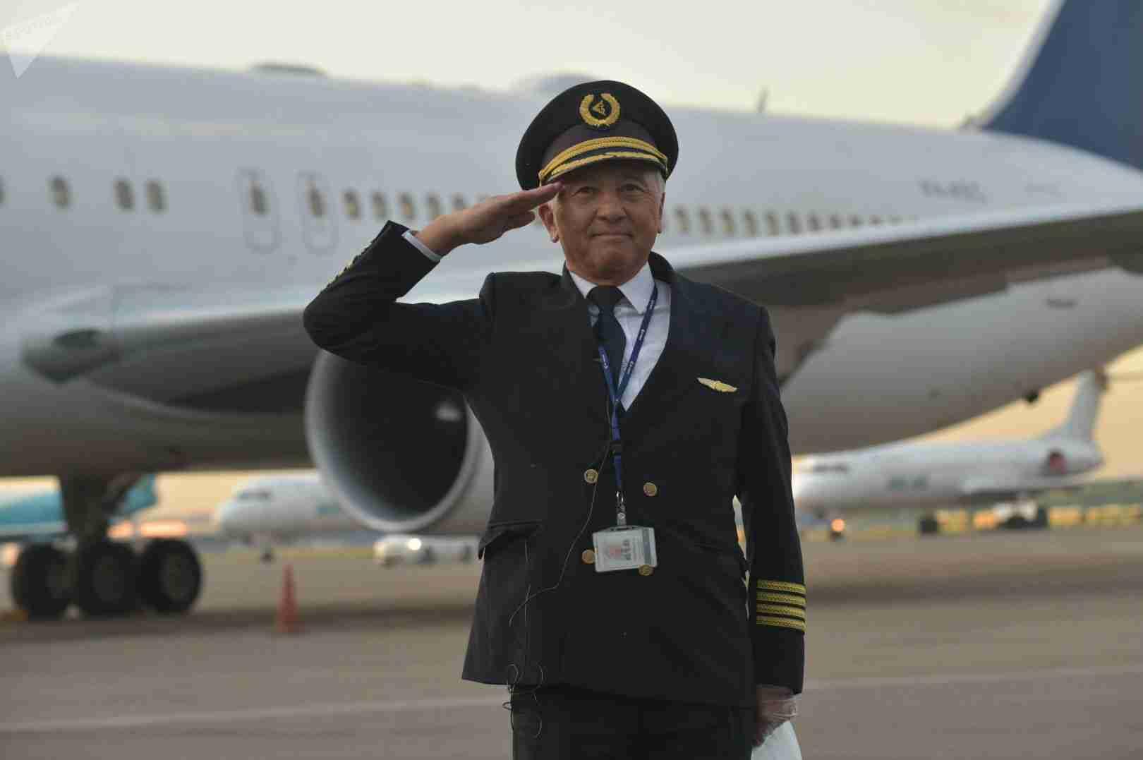 Личный пилот Назарбаева и бывший начальник Токаева получил орден