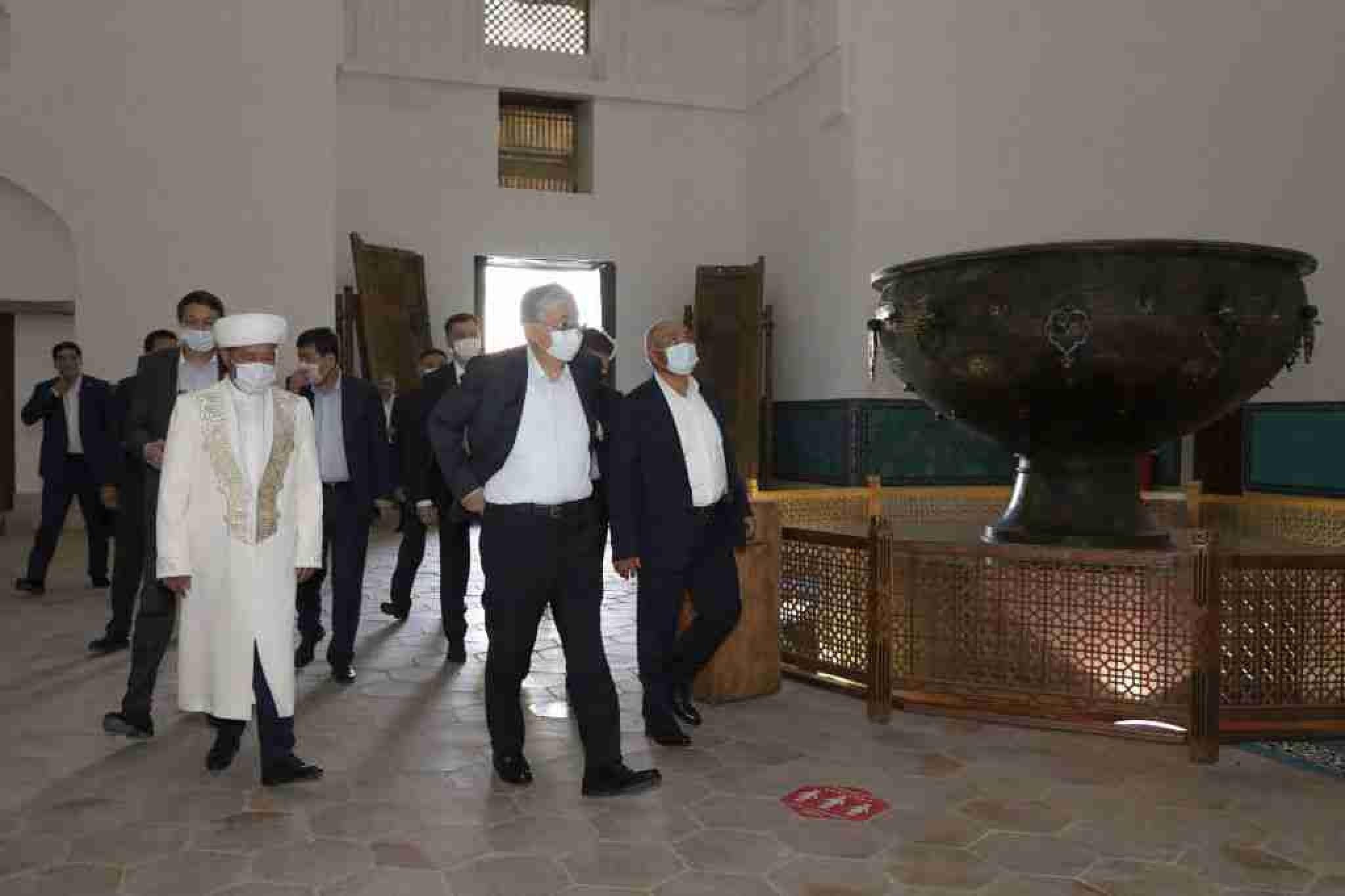 Токаев посетил мавзолей Ходжи Ахмеда Яссауи