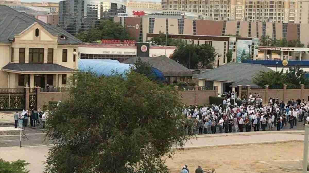 В Актау прошли массовые похороны: горожане потребовали отставки главного санврача региона