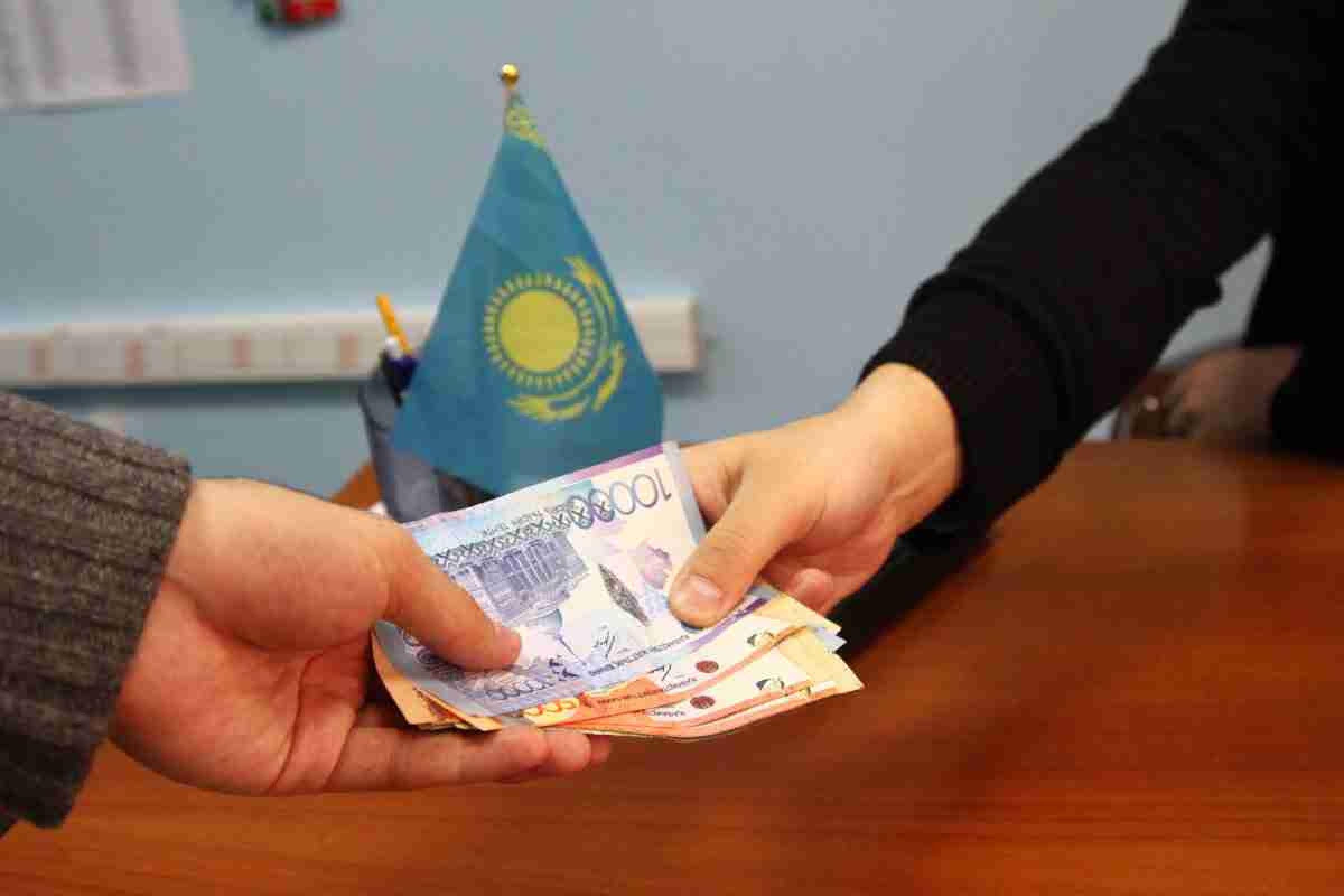 Полицейские Алматы присваивали деньги с выплаченных штрафов: подробности скандала