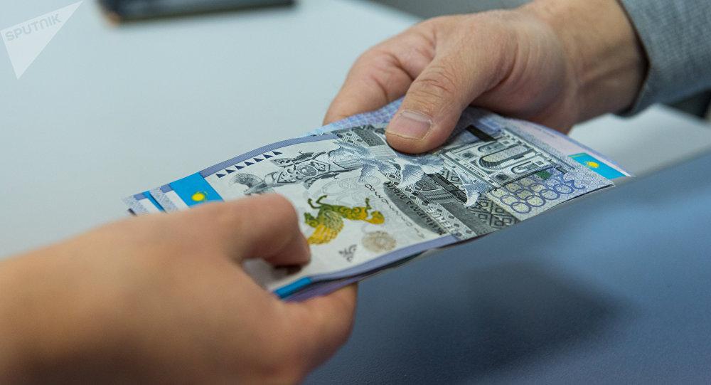 Падение курса тенге: сколько стоит валюта в обменниках разных регионов