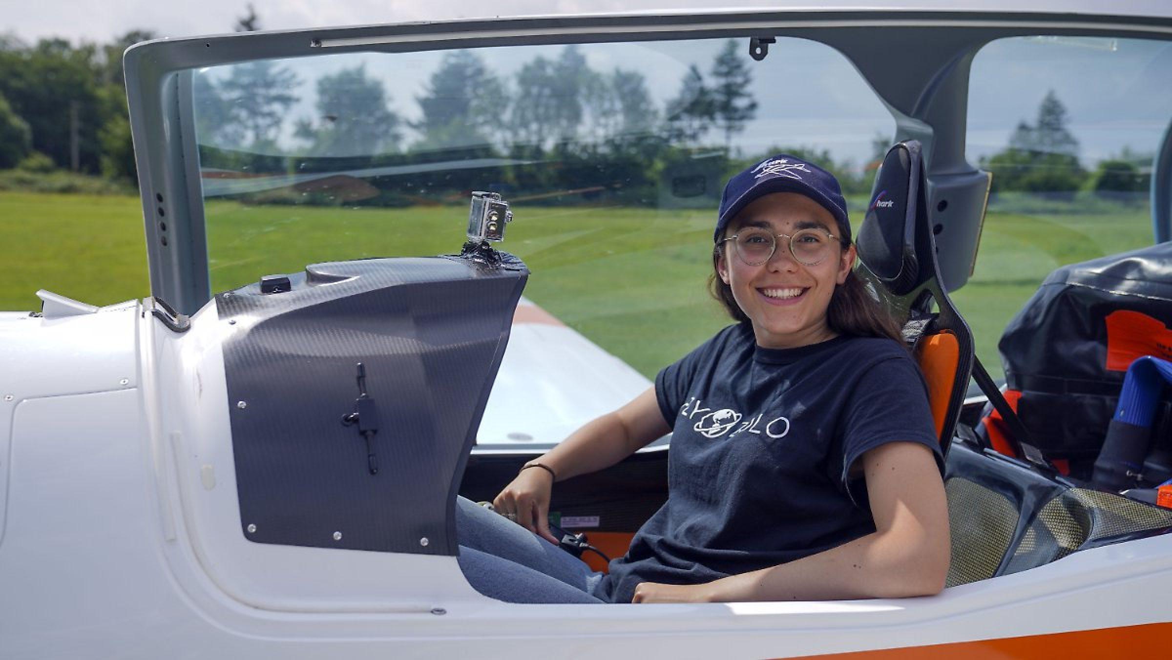19-летняя девушка путешествует по миру в одиночку на самолете